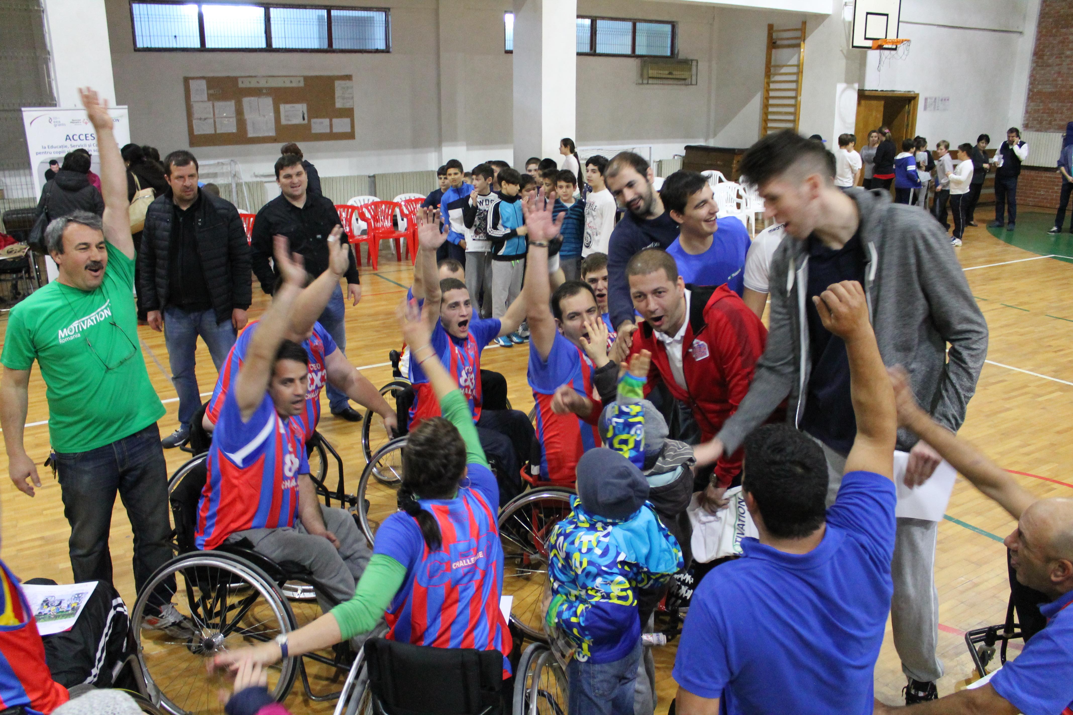 7. Demonstrație de baschet în scaun rulant, pentru elevi cu și fără dizabilități, alături de jucătorii de la Steaua EximBank