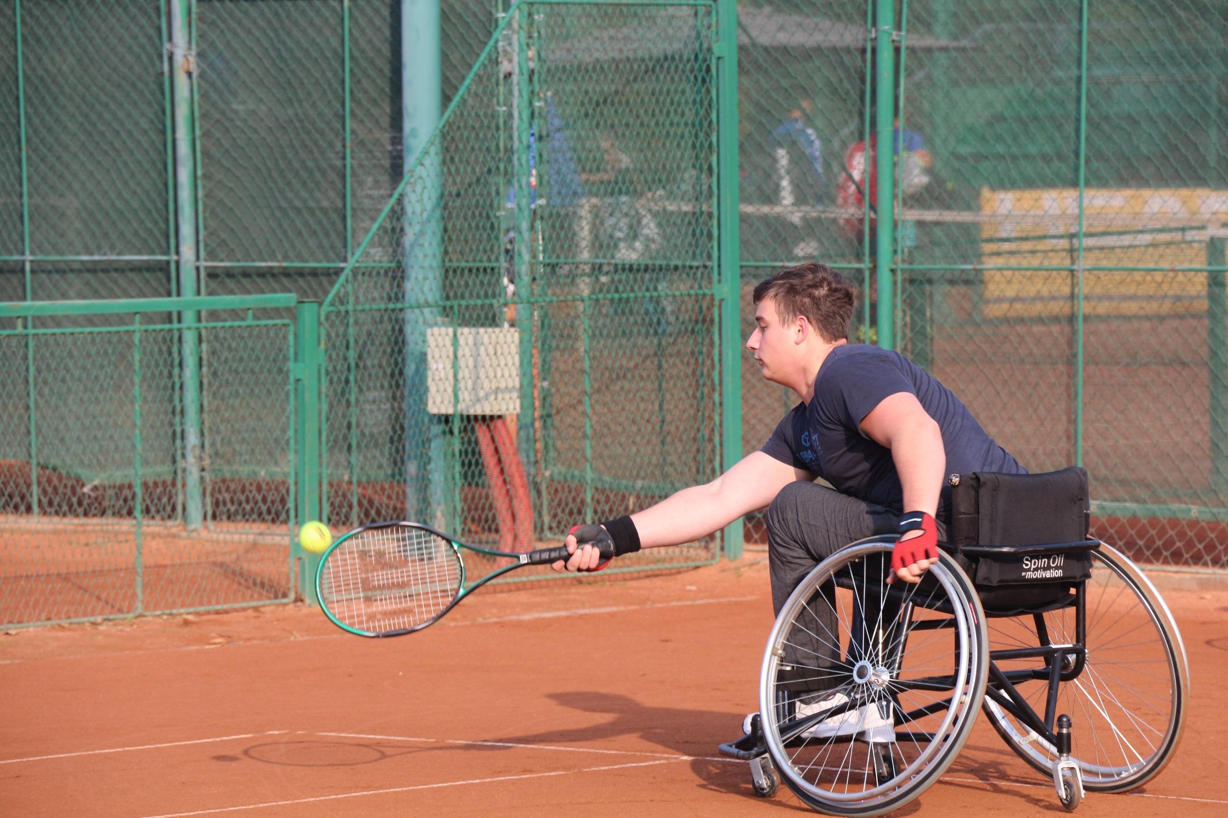 Tenis de câmp în scaun rulant, la tabăra organizată în luna octombrie, alături de Ambasada Statelor Unite ale Americii în Româniarrrrrrrrrrrrrrr