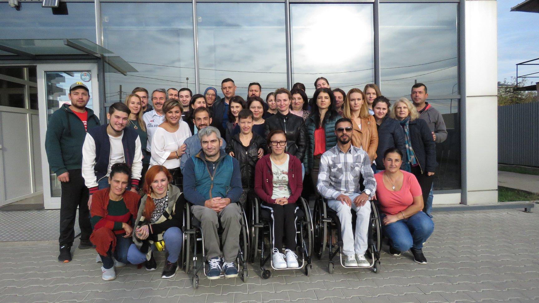 Echipa din Palatul de Cristal Sunt colegii noștri care lucrează la unul din depozitele Fundației Motivation, unde sunt recondiționate și adaptate echipamentele de mobilitate. De aici, pleacă spre copiii și adulții care intră în contact cu noi, din țară, scaune rulante potrivite. În Palatul de Cristal și prietenii noștri de la Special Olympics din România. Ei organizează evenimente sportive pentru tineri cu dizabilități intelectuale.
